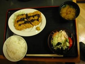 東名「牧ノ原SA下り線」 おふくろ亭にて「トンカツ&サラダ・ご飯に味噌汁」