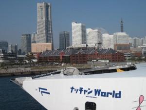 横浜大さん橋と高速船「ナッチャン」と赤レンガ倉庫