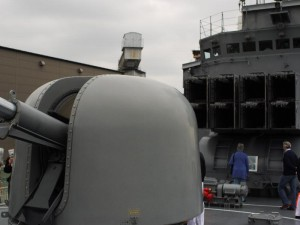 艦砲とアスロックミサイル発射機