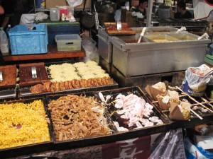【浅草】 浅草寺 「喜多方ラーメンバーガー屋台 醤油・味噌・豚骨スープ」