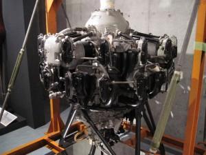 「プロペラ機のエンジン」