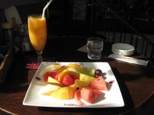 【東京都品川区(目黒駅)】 フルーツパーラー 果実園 「フルーツサラダ&オレンジとマンゴーのミックスジュース」