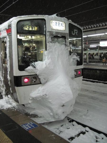 前面が雪だらけの磐越西線の電車