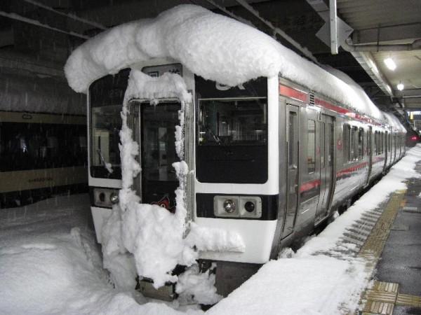 「雪でリーゼントになった電車」