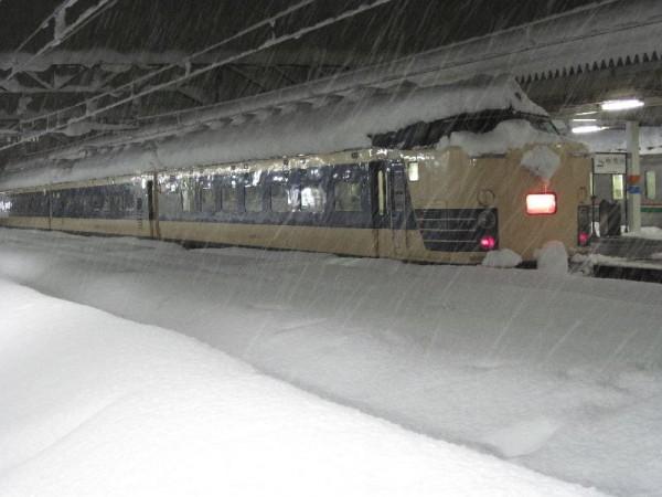 「雪で漏電しそうな特急電車」