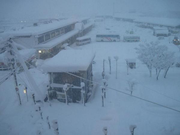 「駅前フジグランドホテルの3F食堂から見た会津若松駅ロータリー」