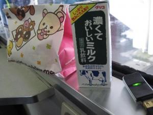 「配給品の朝食(ミスタードーナツと牛乳)」