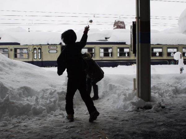 「朝ご飯の後は駅のホームで雪合戦」 (G1 NFD24mm)