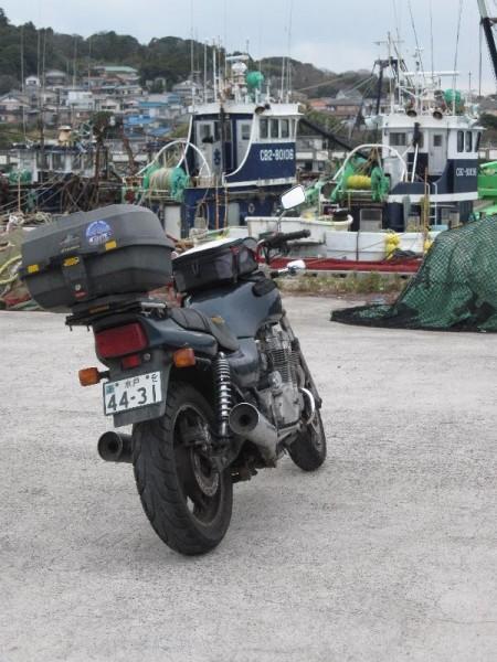「勝浦漁港と我が愛車」