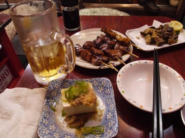 【有楽町駅ガード下】 ビールケースのテーブルでホッピーその他