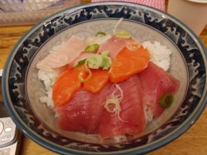 【東京都アメ横】 みなとや 上野2号店 「中トロ・マグロ・サーモン丼」