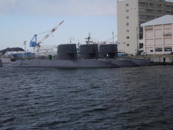 「横須賀軍港めぐり 潜水艦3隻」 (G1 M.ZUIKO DIGITAL 14-42mm F3.5-5.6)