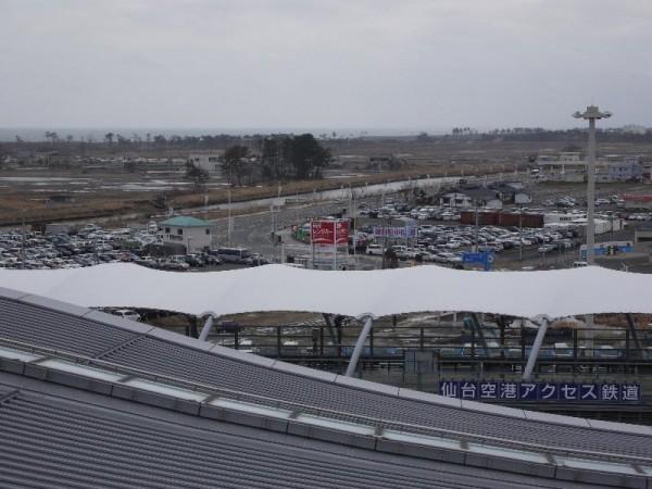 「仙台空港屋上展望デッキからの仙台空港駅方面」 (G1 M.ZUIKO DIGITAL 14-42mm F3.5-5.6)