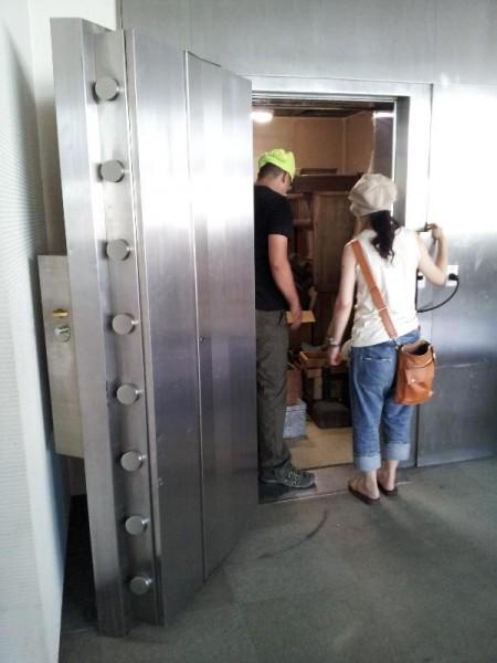 分厚い扉の金庫
