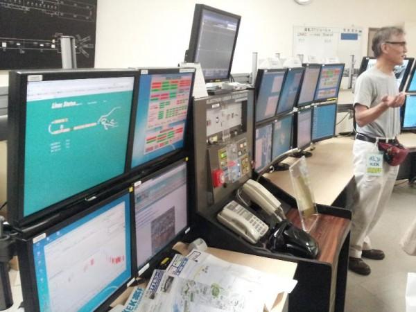 「電子陽電子入射器制御室」