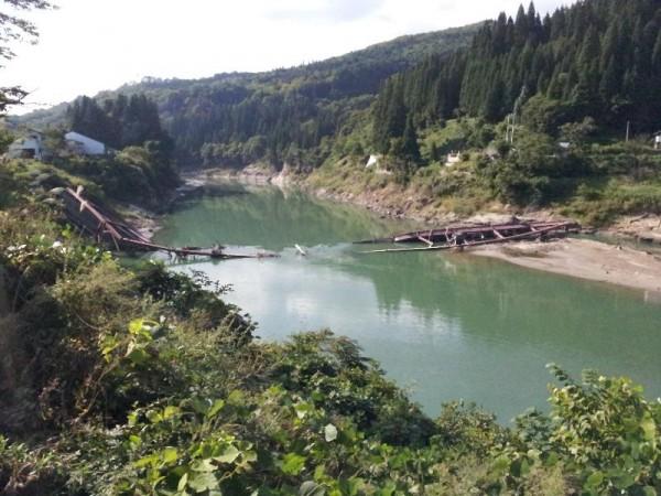 「大水害により壊れてしまった只見川に掛かっていた橋」