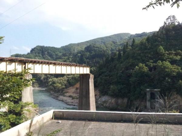 「大水害により壊れてしまった只見線の橋」