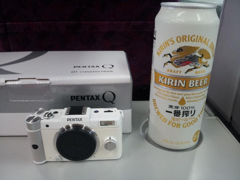 「PENTAX Qと500mlビール」