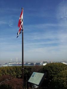 UW旗と横浜ベイブリッジ
