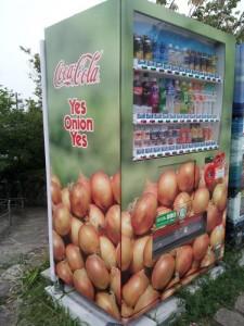 たまねぎだらけのコーラ自販機 「Yes Onion Yes」