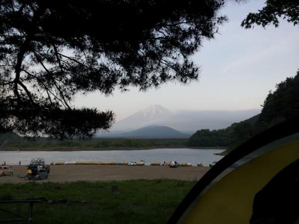 精進湖と富士山