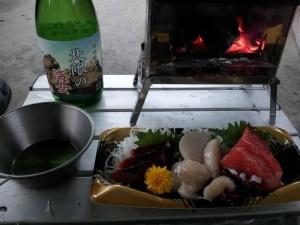 玉川野営場での晩飯 北限の海女(日本酒)と地の物刺身