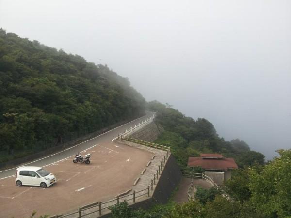 仁田峠循環自動車道路にて平成新山を望む(全く見えてません)