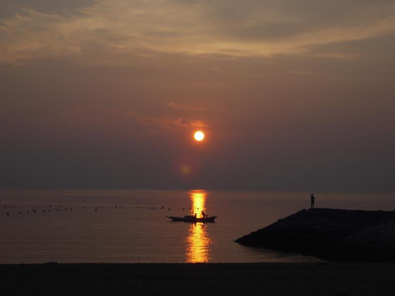 別府湾の朝日と漁船
