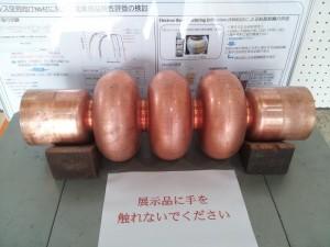 溶接せずに膨らませる方法で試作中の超伝導加速空洞