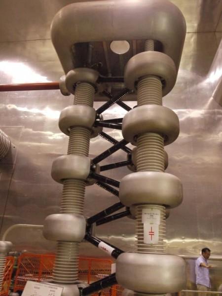 コッククロフト・ウォルトン型加速器の巨大オイルコンデンサ