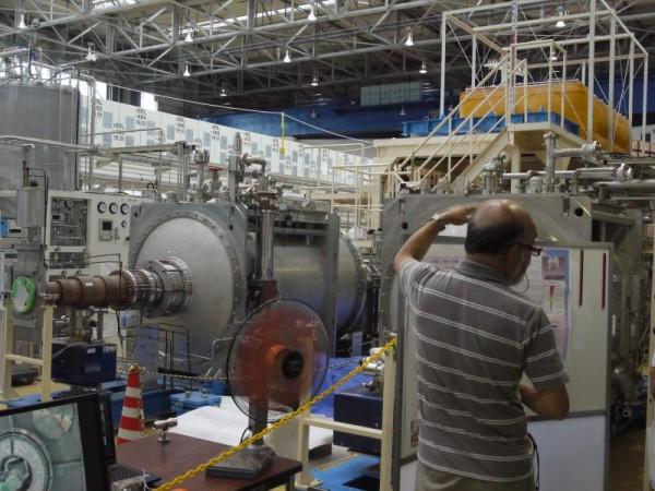加速器を支える超低温冷却システムの解説