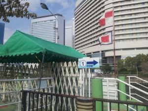 大阪の水上バス乗り場に翻るUW旗