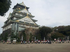 修学旅行の小学生と大阪城