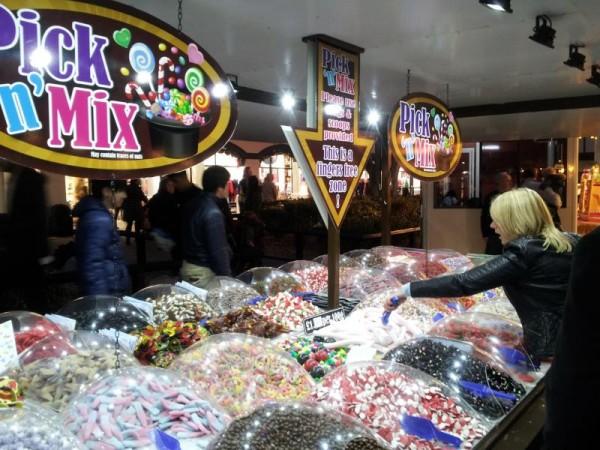 【イギリスのアウトレットモールにて】 お菓子売り場と金髪美女