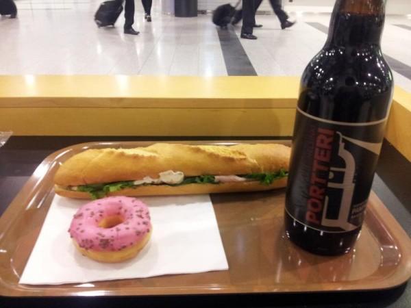 ヘルシンキ空港にてビール&フランスパンサンド&菓子パン