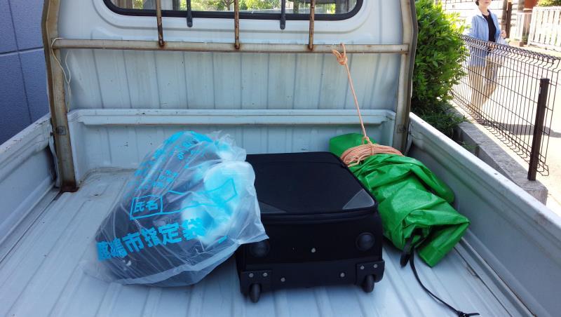 軽トラの荷台に旅行バッグ搭載