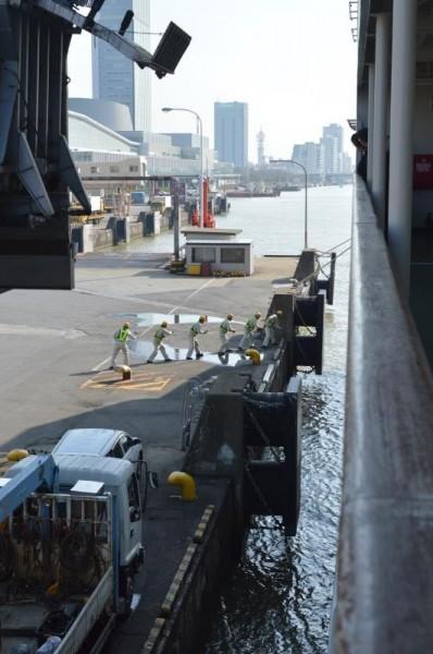 接岸作業の〆は何と人力