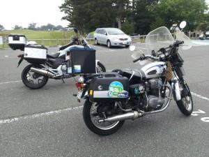 パニアにステッカーを貼ったバイク