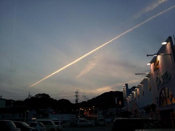 徳島県牟岐町のスーパー駐車場で見た飛行機雲