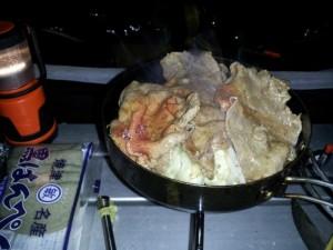 テントの中で定番の肉野菜炒め