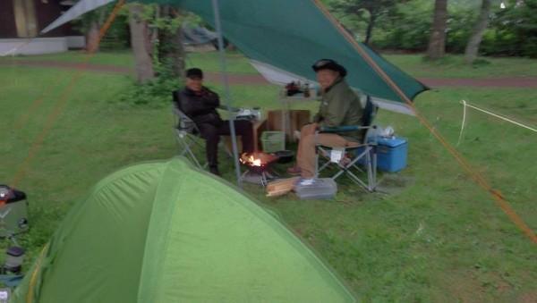 東大沼野営場にて72歳と75歳のキャンパーの方と酒を飲む展開に