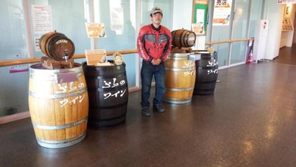 富良野ワイン工場の試飲コーナーにて