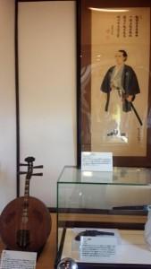 亀山社中記念館(月琴と坂本龍馬の絵)