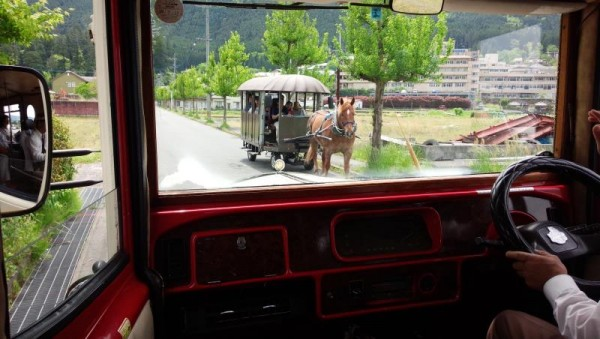湯布院周遊バス・スカーボロ vs 観光辻馬車