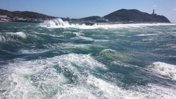 波に洗われる伊良湖港の堤防