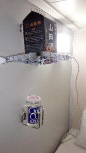 「ツーリスト(寝室)」には壁に網棚、ドリンクホルダー、ACコンセント付き