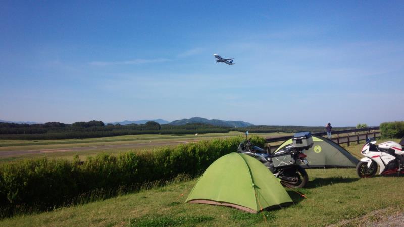 庄内夕日の丘オートキャンプ場と離陸するジェット機