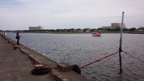霞ヶ浦に浮かぶ水陸両用バス