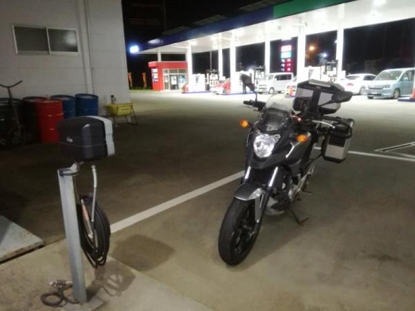 ガソリンスタンドで給油&エアチェック