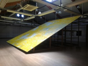 黄色い絵のオブジェ